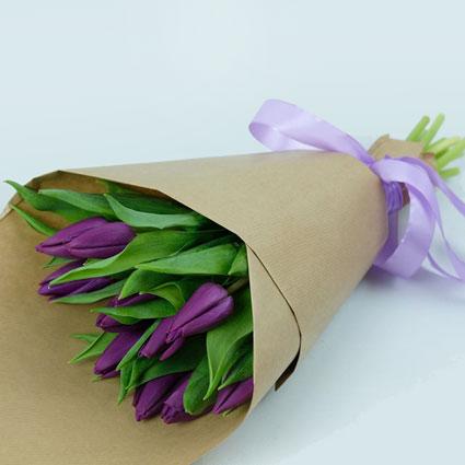 Violetu tulpju pušķītis dekoratīvā saiņojumā. ( 11 gab.)