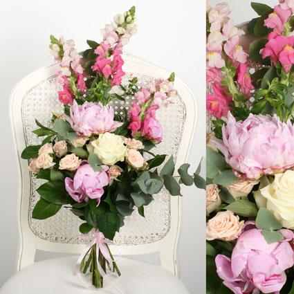 Ziedi ar kurjeru. Sezonas ziedu pušķis veidots no rozēm, peonijām un vasarīgajām lauvmutītēm.  Ziedu klāsts ir ļoti plašs.