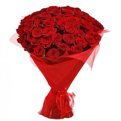 Ziedi Rīga. Ugunīgajā ziedu pušķī 45 vai 25 sarkanas rozes dekoratīvā saiņojumā. Rožu garums 60 cm.  Ziedu klāsts ir ļoti