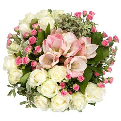Ziedi. Baltas rozes, sārti amariļi un rozā krūmrozes burvīgā ziedu pušķī.  Ziedu klāsts ir ļoti plašs. Var gadīties, ka