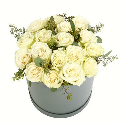 Baltu rožu kompozīcija ziedu kārbā. Ziedu kompozīcijā 17 baltas rozes un dekoratīvi zaļumi.
