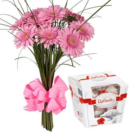 Ziedu piegāde. Samtaini rozā gerberu pušķis ar rozā lentīšu dekoru un konfektes Raffaello 150 g. Pušķī 9 rozā