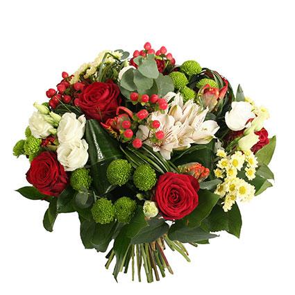 Ziedi Latvijā. Košs ziedu pušķis no sarkanām rozēm, zaļām un baltām smalkziedu krizantēmām, baltām lizantēm, alstromērijām