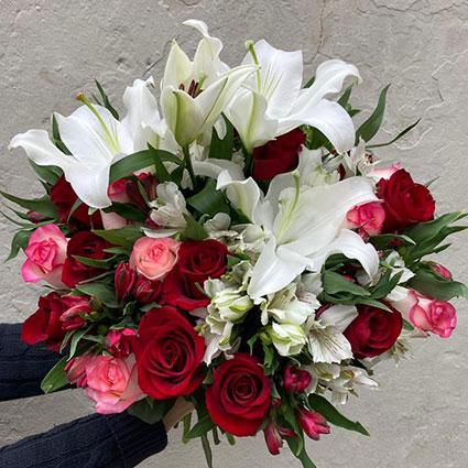 Ziedi. Baltu ziedu pušķis. Pušķa sastāvs: baltas lilijas,  baltas rozes, baltas lizantes, plīvurpuķe, dekoratīvi