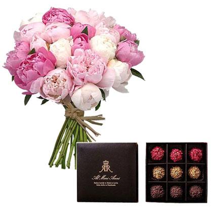"""Apsveikuma pušķis no 15 peonijām un gardās """"AL MARI ANNI"""" šokolādes trifeles 135 g (aveņu, karameļu, pistāciju)."""