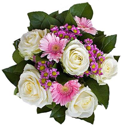 Ziedi ar piegādi. Rotaļīgs ziedu pušķis no baltām rozēm, rozā gerberām un rozā smalkziedu krizantēmām.  Ziedu klāsts ir