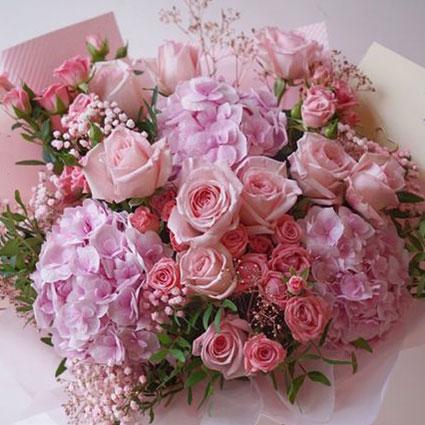 Ziedu pušķis rozā toņos no hortenzijām un rozēm