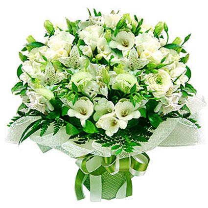 Ziedi ar kurjeru. Burvīgs ziedu pušķis no baltām frēzijām, baltām alstromērijām, baltām lizantēm un dekoratīviem zaļumiem,