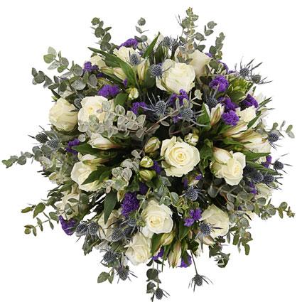 Baltu rožu pušķis ar ziliem smalkziedu akcentiem Ziedi ar piegādi