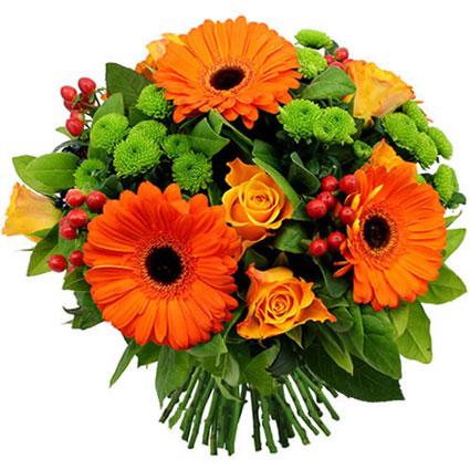 Ziedi ar piegādi. Ziedu pušķis spilgtās krāsās veidots no oranžām rozēm, oranžām gerberām, sārtām dekoratīvām ogām un zaļām
