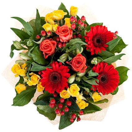 Ziedi un to piegāde. Ziedu pušķis no sarkanām gerberām, dzeltenām krūmrozēm, baltām alstromērijām, sārtām rozēm un sārtām