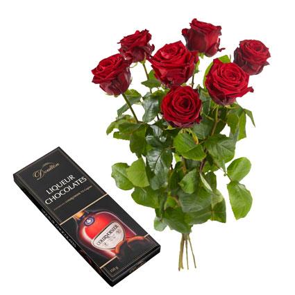 """7 sarkanas vidēja garuma rozes un Doulton šokolādes liķiera konfektes """"COURVOISIER"""" 150 g"""