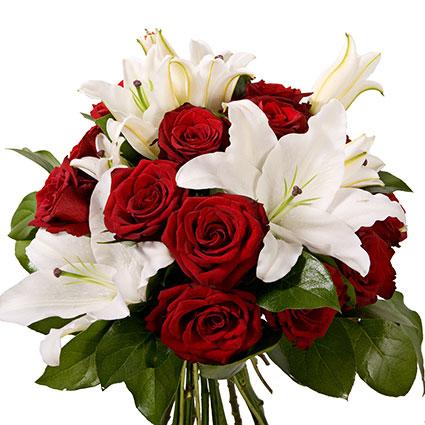 Ziedi Latvijā. Grezns ziedu pušķis no 14 sarkanām rozēm un 3 baltām lilijām ar dekoratīviem zaļumiem.  Ziedu klāsts ir