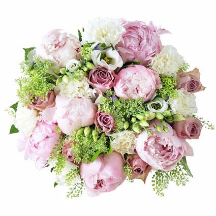 Rozā rozes un rozā peonijas ar baltām lizantēm, neļķēm un dekoratīviem sezonas smalkziediem elegantā ziedu pušķī.