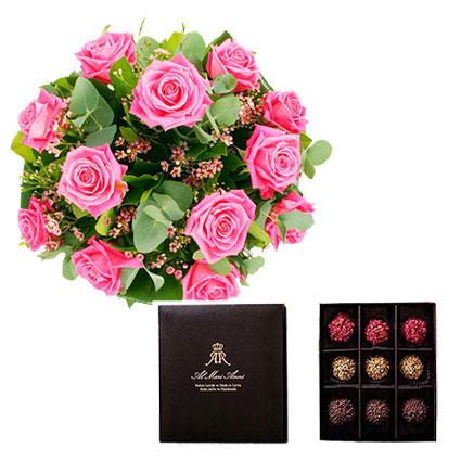 """Ziedu pušķis no 15 rozā rozēm ar dekoratīviem smalkziediem un """"AL MARI ANNI"""" šokolādes trifeles 135 g"""