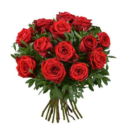 Ziedu pušķī 13 sarkanas vidēja garuma rozes un dekoratīvi zaļumi