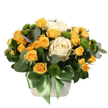 Ziedu piegāde Latvijā. Ziedu kompozīcija no dzeltenām krūmrozēm, baltām rozēm, zaļām sīkziedu krizantēmām un dekoratīviem