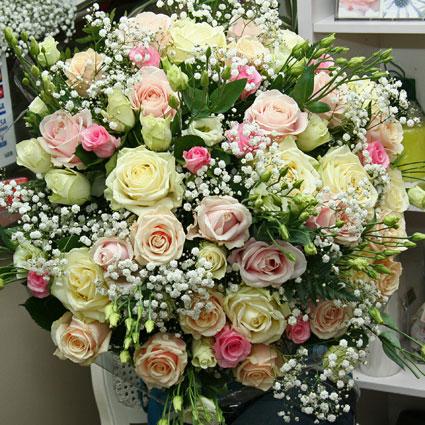 Ziedu piegāde Rīgā - rožu pušķis (51 gab.) pasteļtoņos ar baltām lizantēm un baltiem smalkziediem