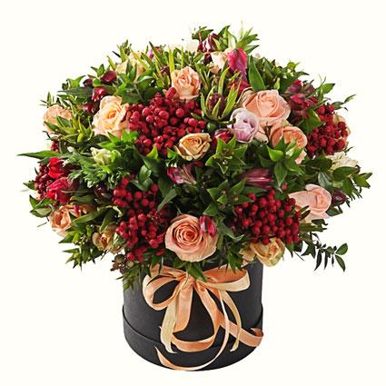 Ziedi ar piegādi. Ziedu kārbā laškrāsas rozes, sarkanas alstromērijas, sārtas dekoratīvas ogas un dekoratīvi sezonas