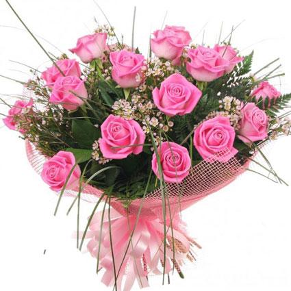 Ziedu piegāde. Pušķis no 17 rozā rozēm un gaišiem smalkziediem dekoratīvā saiņojumā. Rožu garums 50 cm.  Ziedu klāsts ir