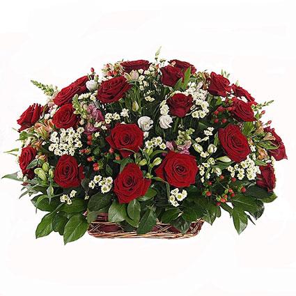 Ziedi Rīga. Ziedu kompozīcija grozā, kas uzburs ziedošas pļavas sajūtas. Kompozīcija veidota no sarkanām rozēm, baltām