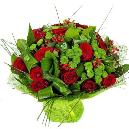 Ziedi ar kurjeru. Košajā ziedu pušķī sarkanas rozes, zaļas krizantēmas, sārtas dekoratīvas ogas, locītas dekoratīvas lapas,