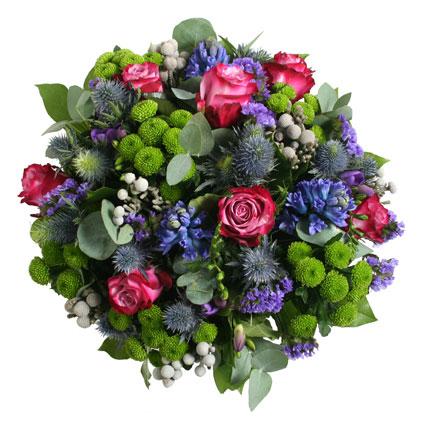 Ziedi Latvijā. Ziedu pušķis Mežāža zodiaka krāsu paletes noskaņās. Tā ir zilās krāsas enerģija ar tumši zaļās sabalansēto