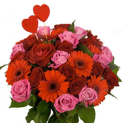 Ziedi Rīga. Ziedu pušķis no sarkanām rozēm, rozā rozēm, sarkanām gerberām ar  dekoratīviem zaļumiem un dekoriem -
