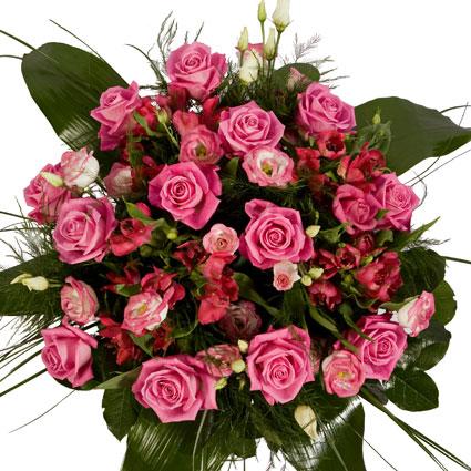 Ziedi Latvijā. Rozā toņu nianses ziedu pušķī no rozā rozēm, rozā lizantēm, sārti rozā alstromērijām, kuras papildina