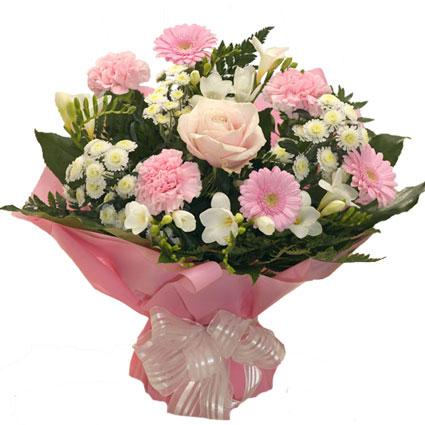 Ziedu veikals. Rozā gerberas, rozā roze, rozā neļķes ar baltām frēzijām un baltām smalkziedu krizantēmām romantiskā ziedu