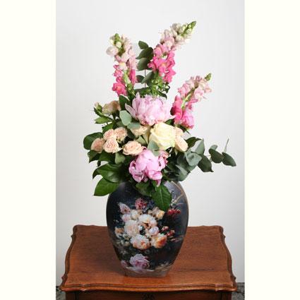 Ziedu piegāde Latvijā. Brīnišķīga dāvana! Vasaras sezonas ziedu pušķis un Goebel  kolekcijas Artis Orbis
