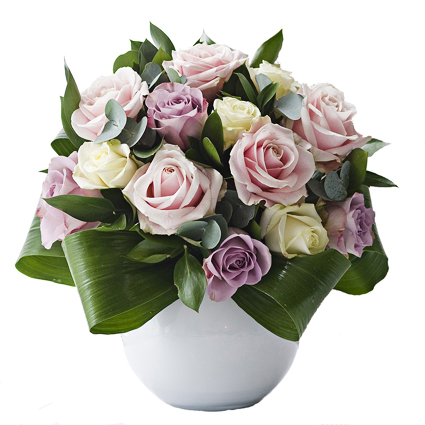 Rožu kompozīcija keramikas traukā