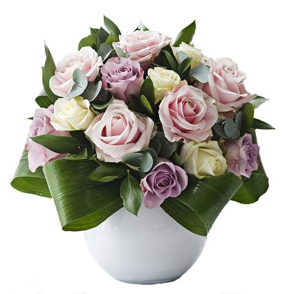 Ziedi. Baltu, rozā un violetu rožu kompozīcija keramikas traukā.  Ziedu klāsts ir ļoti plašs. Var gadīties, ka izvēlētie