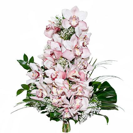 Ziedi ar piegādi. Pasakaini grezns ziedu pušķis no maigi rozā orhidejām, baltas plīvurpuķes un dekoratīviem