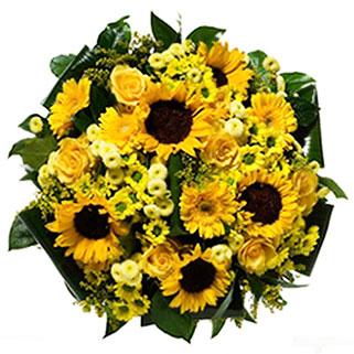 Ziedu piegāde Rīgā. Pušķis no dzeltenām saulespuķēm, dzeltenām rozēm, gerberām un krizantēmām ar dekoratīviem