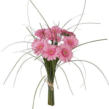 Ziedu piegāde Latvijā. Samtaini rozā greberu pušķis ar rotaļīgiem zaļumiem.  Ziedu klāsts ir ļoti plašs. Var gadīties, ka