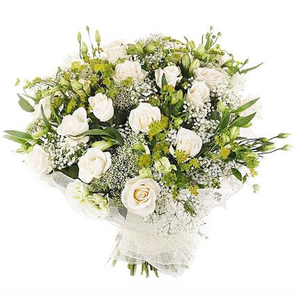 Ziedu veikals. Burvīgs ziedu pušķis dekoratīvā saiņojumā no ziediem gaišos toņos: 13 baltas rozes, 7 baltas lizantes, 5