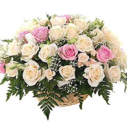 Ziedi ar kurjeru. Romantiska ziedu kompozīja grozā no rozā un krēmkrāsas rozēm, baltām lizantēm, rozā kŗūmrozēm, plīvurpuķes