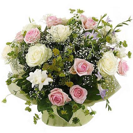 Ziedi Latvijā. Ziedu pušķis burvīgā smaida īpašniecei. Pušķis veidots no rozā un baltām rozēm, zilām un baltām frēzijām ar
