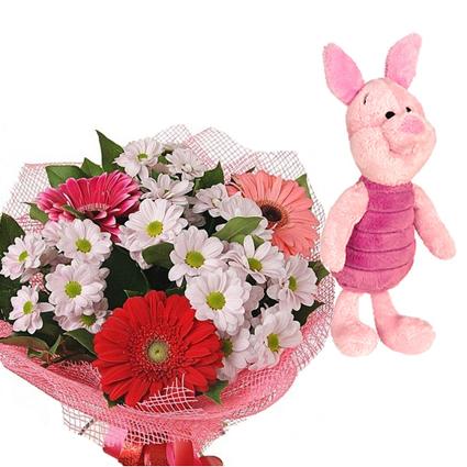 Ziedi ar kurjeru. Pūka uzticīgais biedrs Siventiņš un košu ziedu pušķis. (rotaļlieta apmēram 25 cm.)  Ziedu klāsts ir ļoti