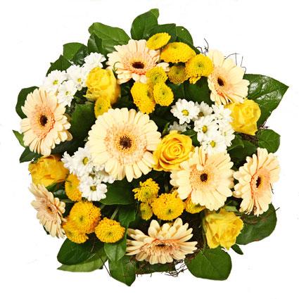 Ziedi ar kurjeru. Saulains pušķis no dzeltenām rozēm, kremkrāsas gerberām, dzeltenām un baltām sīkziedu krizantēmām,