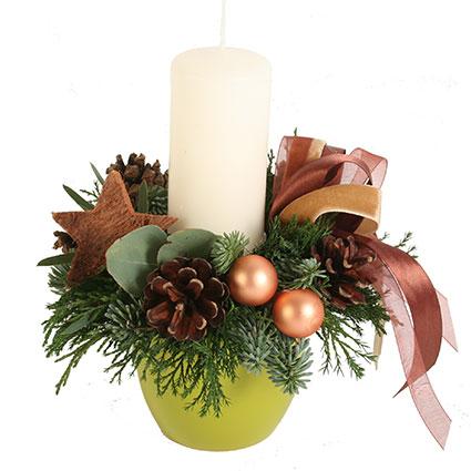 Ziedu piegāde Rīgā. Ziemassvētku kompozīcija veidota no baltegles un kadiķa zariņiem zaļā keramikas traukā, dekorēta ar