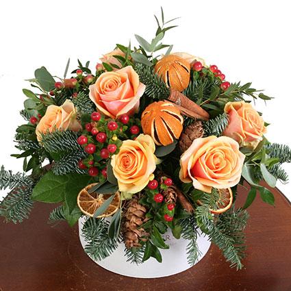 Ziedi Latvijā. Ziedu kārbā laškrāsas rozes, dekoratīvas ogas, kanēlis, lapegles čiekuri, aromātiskie kaltēti apelsīni,