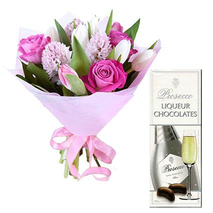 """Pavasara ziedu pušķis no rozēm, tulpēm, hiacintēm un """"Doulton"""" šokolādes liķiera konfektes """"PROSECCO"""" 150 g."""