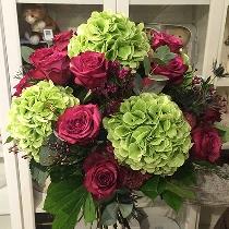 Гортензии и розы в летнем букете