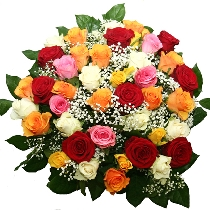 Dažādu krāsu rozes pušķī