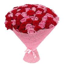 Sarkanu un rozā rožu pušķis