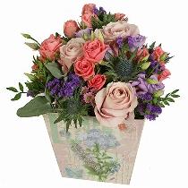 Romantiska ziedu kompozīcija dāvanu kārbā