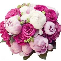 Peoniju un rožu pušķis: Vasaras smarža