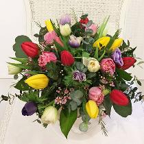 Tulpes ziedu kārbā. Ziedu piegāde Rīgā